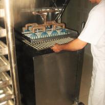 Colaborador pinga os biscoitos palito