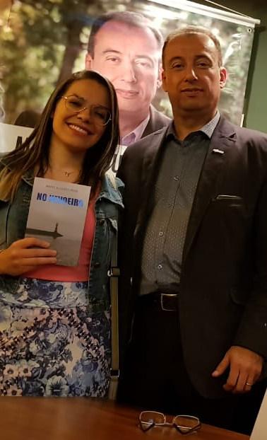 Amiga e designer das capas Evelyn Araújo