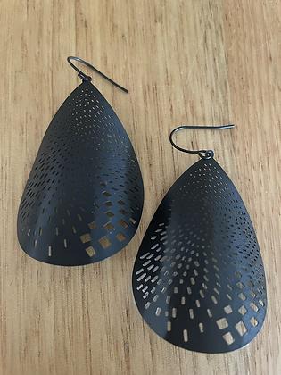 Con earrings- black