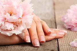 professionelle Maniküre, schöne Hände, perfekte Nagelpflege