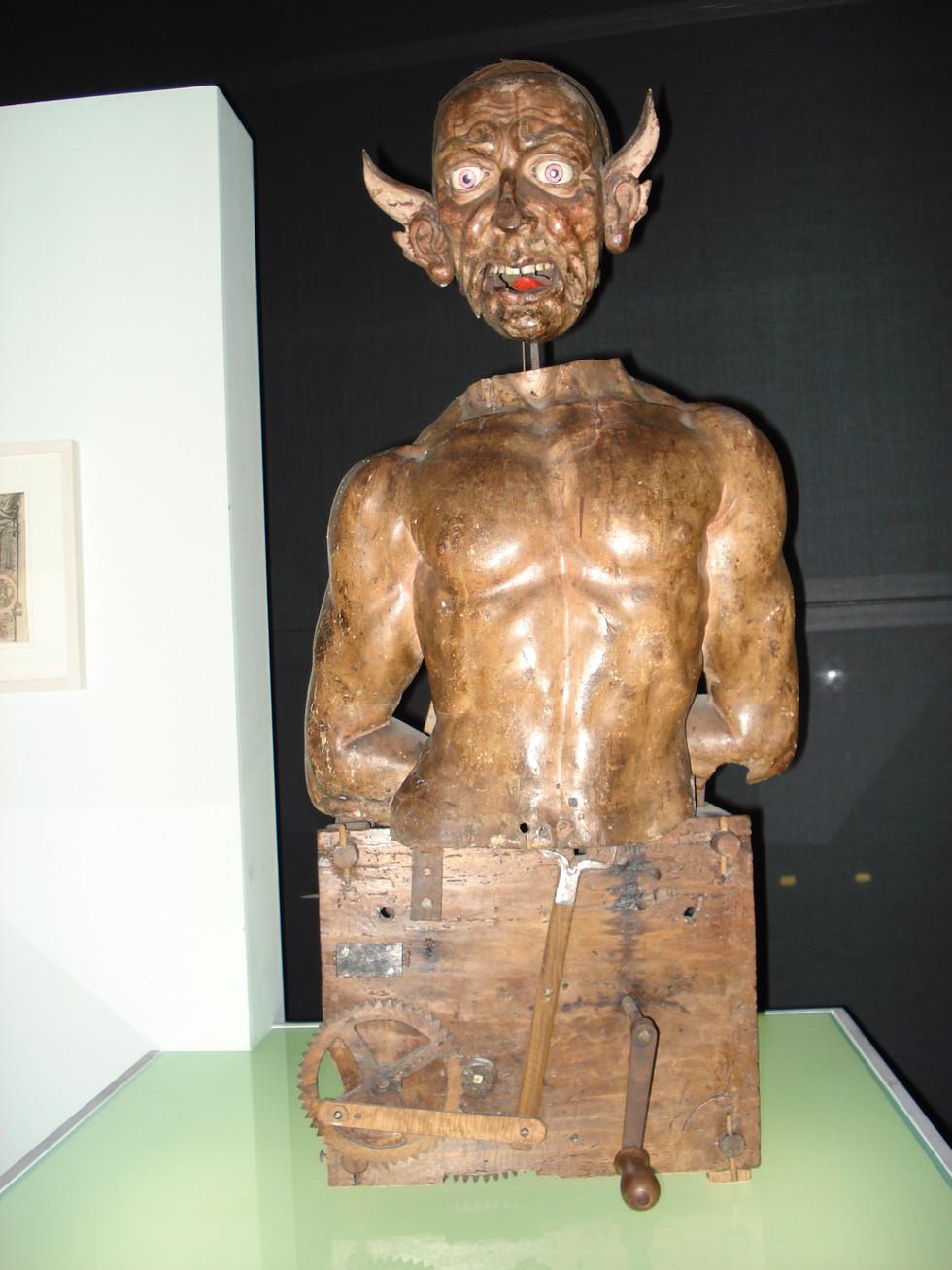 « Automa con faccia grottesca, noto come 'lo schiavo incatenato' », Civiche Raccolte d'Arte Applicata, en dépôt au Civico Museo di Storia Naturale, Milan.