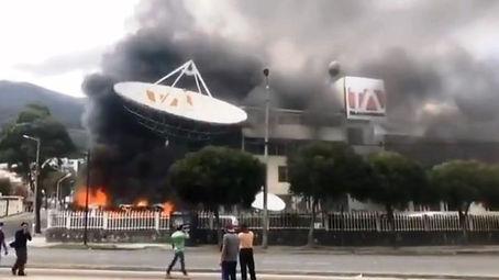 Manifestantes atacan Teleamazonas y El C