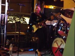 Suki plays guitar??