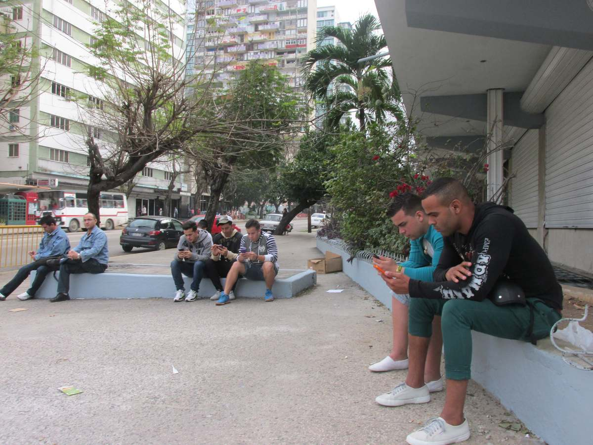 cuba_2016_313_wifi_hot_spot_outside_hotel_