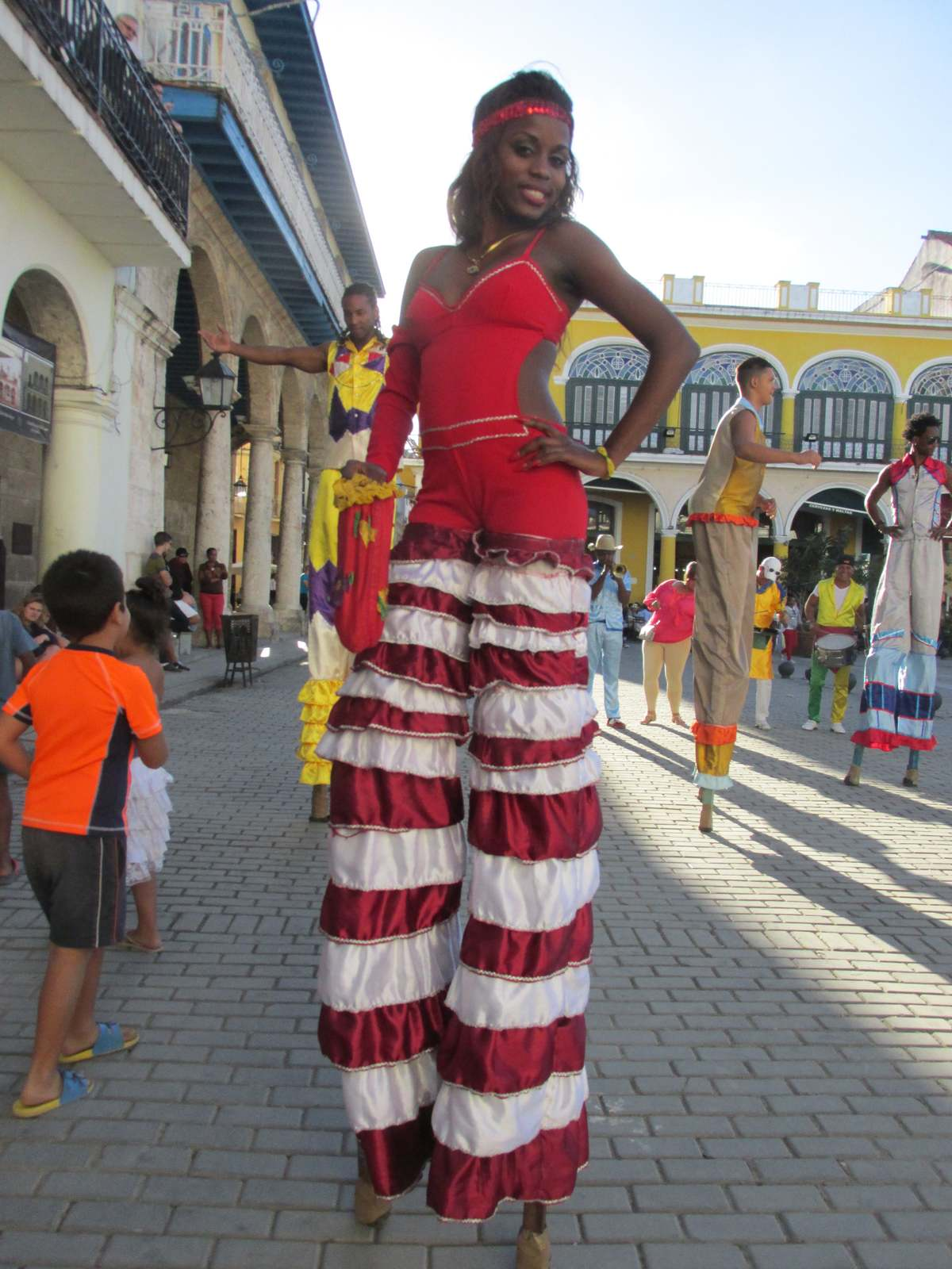 cuba_2016_877_street_entertainer_on_stilts