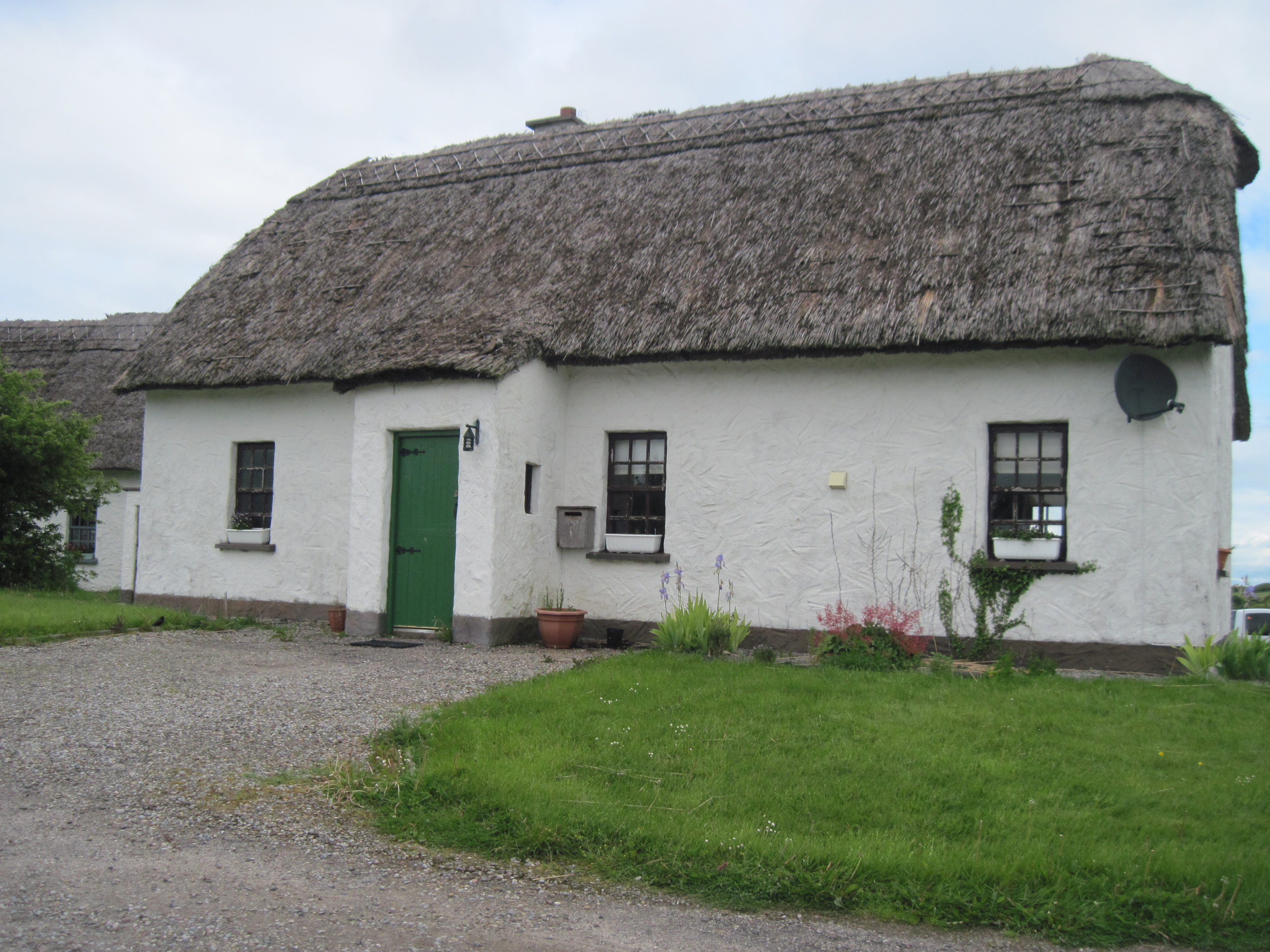 Ireland Thatched roof house 2 near Galway 481.jpg