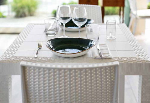 Tavolo Quadrato Con 4 Sedie.Set Pranzo Con Tavolo Quadrato E 4 Sedie Colore Bianco