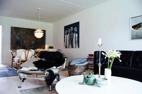 Et ekstra værelse er blevet etableret, så de to store piger kunne få hver sit værelse. Enden af den store stue gav plads til sådant et, så lejligheden nu rummer 4 værelser. Stuens funktioner rummer både spiseplads, sofamiljø, arbejdsplads og læsehjørne - og er familiens eneste fællesrum.