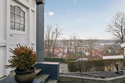 Villaen er opdelt i 3 lejligheder - og i den øverste bor Lars. Lars ønskede sig en altan - et uderum i forlængelse af lejligheden.