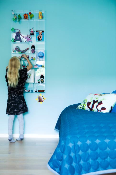 På Anna og Rosa's værelser er der leget med farverne. Alt i alt fremstår boligen harmonisk og enkel - og den røde tråd fornemmes i indretningen.