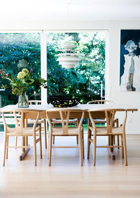 Iben og René ejer mange malerier, som de har samlet i tidens løb. Et Wegner spisebord med tilhørende stole, lidt tæpper og designerlamper flytter med ind i det nye hus, -ellers er der ikke mange ting repræsenteret fra det gamle hus. Enkle og gode ting, som afspejler kvalitetsbevidsthed og en selektiv holdning til, hvad man godt kan lide at se på og omgive sig med.