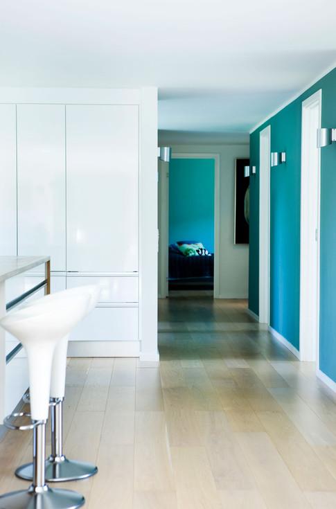 Husets 'kerne' er malet støvgrøn og forbinder værelsesfløjen med fællesrummet.