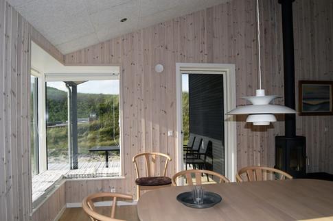 Udsigten er indrammet - både fra nichen i køkkenet, fra de store vinduespartier i stuen og fra det lave vindue ved badekaret.