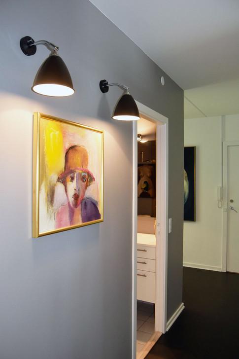 Den centrale toiletkerne er malet grå udvendig og indvendig - hvilket giver et ellers kedeligt toilet karakter og volume. Familiens interesse for kunst og design gør hjemmet personligt og hyggeligt. Det lykkes stortset at få plads til alt på færre kvadratmeter, uden at det føles fyldt og trangt.