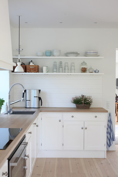 Mette og Anders henvender sig til et køkkenfirma, som sælger kvalitetskøkkener. De ønsker sig et nyt køkken, dog skal væggen mellem to rum lige brækkes ned, så det kan blive det store køkken/alrum, som de drømmer om. Huset er en ældre patriciavilla med unikke deltaljer, derfor skal det være et klassisk køkken, som harmonerer med husets arkitektur. Jeg får til opgave at designe et køkken til dem. Budgettet er stramt - så der skal tænkes mest for mindst.