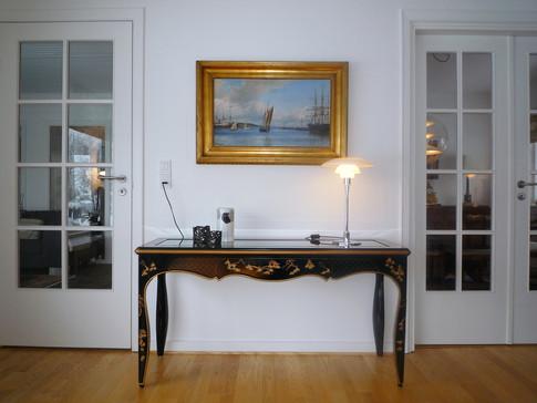Klaveret og et antikt bord har fået den rette placering i forhold til tyngde og volume. Samlet set er indretningen blevet en god kombination af nyt og gammelt - sat sammen på en anderledes måde.