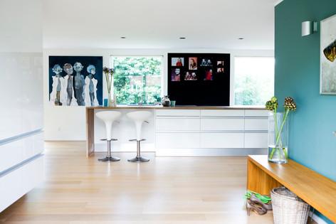 Stilen er klassisk, skandinavisk - med et tvist af anderledes detaljer. Malerierne er hver især unikke og har været meget dikterende for indretningen af boligen.