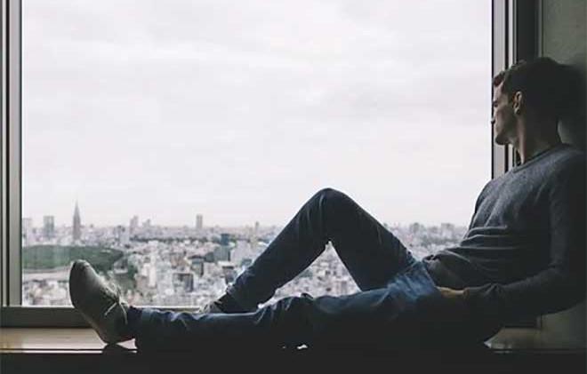 chico-mirando-ventana.jpg