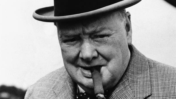 Sir Winston Churchill fumando un habano durante una visita