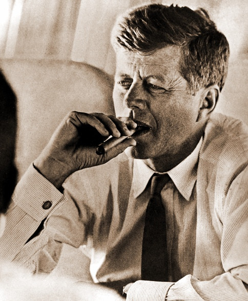 John Fitzgerald Kennedy (JFK) fumando habano en Air Force One