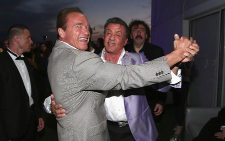 Sylvester Stallone y Arnold Schwarzenegger bailan en una fiesta
