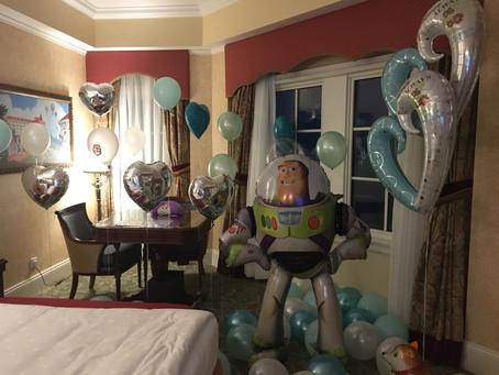 男主角二話不說, 指明用DISNEYLAND主角同TIFFANY色系列的氣球, 製造今晚同女主角告白之夜, 既可愛又SWEET💕#hkdisneylandhotel