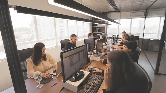 foto da equipe do escritório a3 arquitetura.engenharia trabalhando.