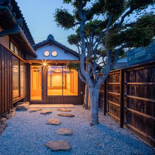伝統的な主屋をサポートする耐震改修