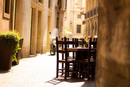 Voyage sur mesure Italie city trip Rome tables ruelle