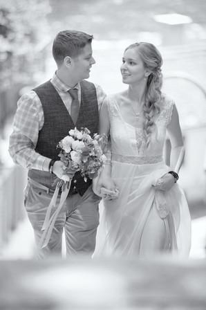 Brautpaar auf dem Weg zum Standesamt