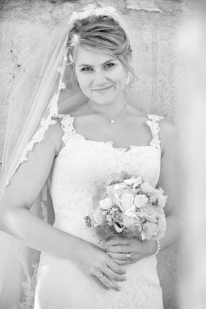 Braut mit Brautstrauss und Schleier