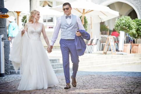 Brautpaar auf dem Weg zum See