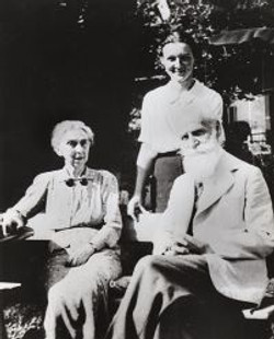 Charlotte et grands parents 1939