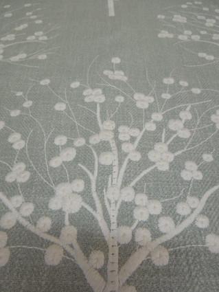 ふんわりやさしい刺繍が素敵なイギリスリネン生地が到着しました。