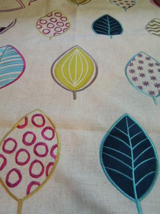 デザインとカラーが魅力のリネン刺繍生地入荷しました。