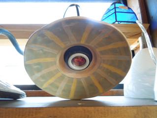 ハンドメイドの陶器を照明のシェードに 手作り感万歳のオリジナル照明