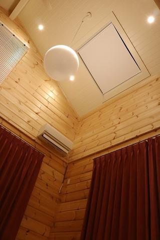 北欧ログハウスの天窓に天窓用のロールスクリーンを取り付け