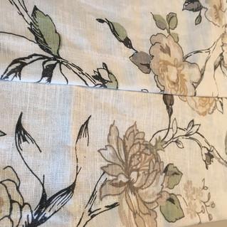 イギリスリネンのバラ柄プリントでオーダーカーテンのお仕立て中です。