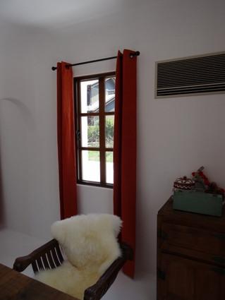 インドの手織りコットンで素材感のあるシンプルなスタイルのオーダーカーテンを作りました。