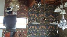 ウィリアム・モリスの壁紙で店内改装。