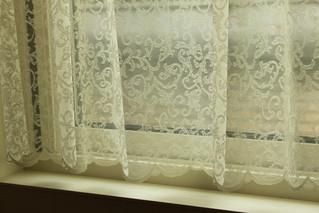 ふんわり柔らかいチュールレースをダイニングの窓用のカーテンにお仕立てしました。