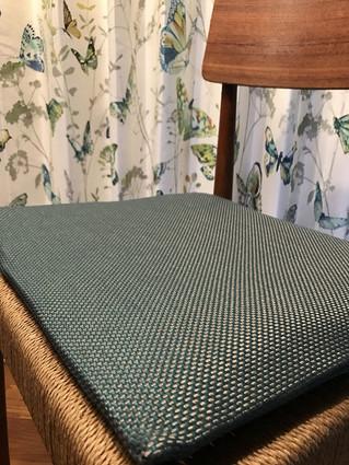 椅子用の座クッションを製作しています。