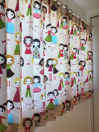 女の子がいっぱいの可愛いカーテン~イギリスハーレクイン