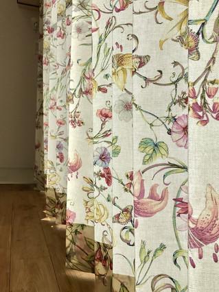 とても綺麗な色の花柄プリント     オーダーカーテン取り付け