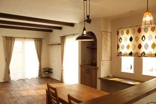 レトロなインテリアが素敵な部屋にカーテンの取り付け実例