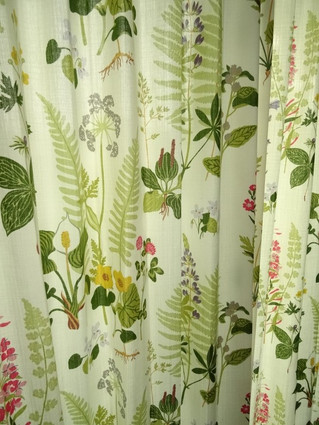 グリーンが素敵な北欧スウェーデンボラス社のフォグリングスツールでカーテンを作りました。