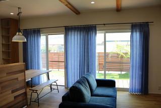綺麗なアクアブルーのカーテン     リトアニアリネン