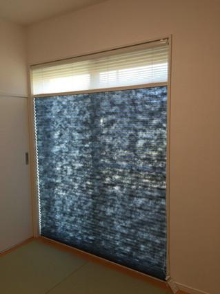 和室に群青色のプリーツスクリーンを取り付けしました
