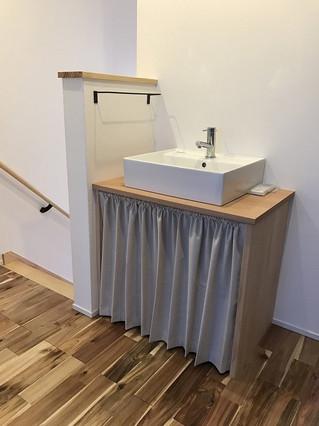 お部屋のインテリアに合わせた洗面台下目隠しカーテン