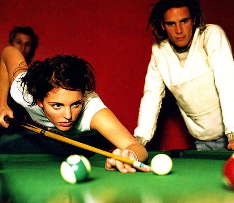 Mädchen spielen Pool